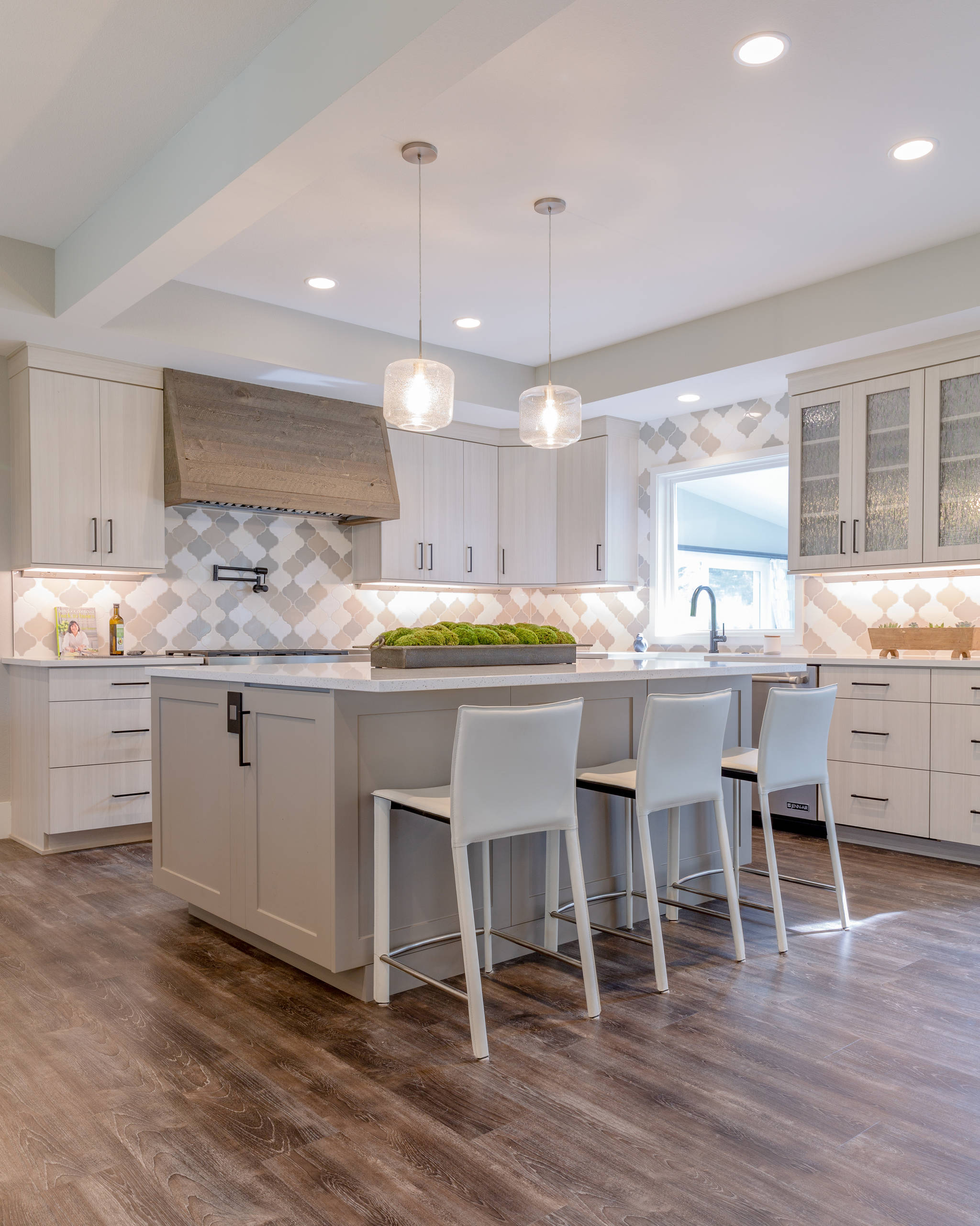 75 Beautiful Laminate Floor Kitchen Pictures Ideas January 2021 Houzz