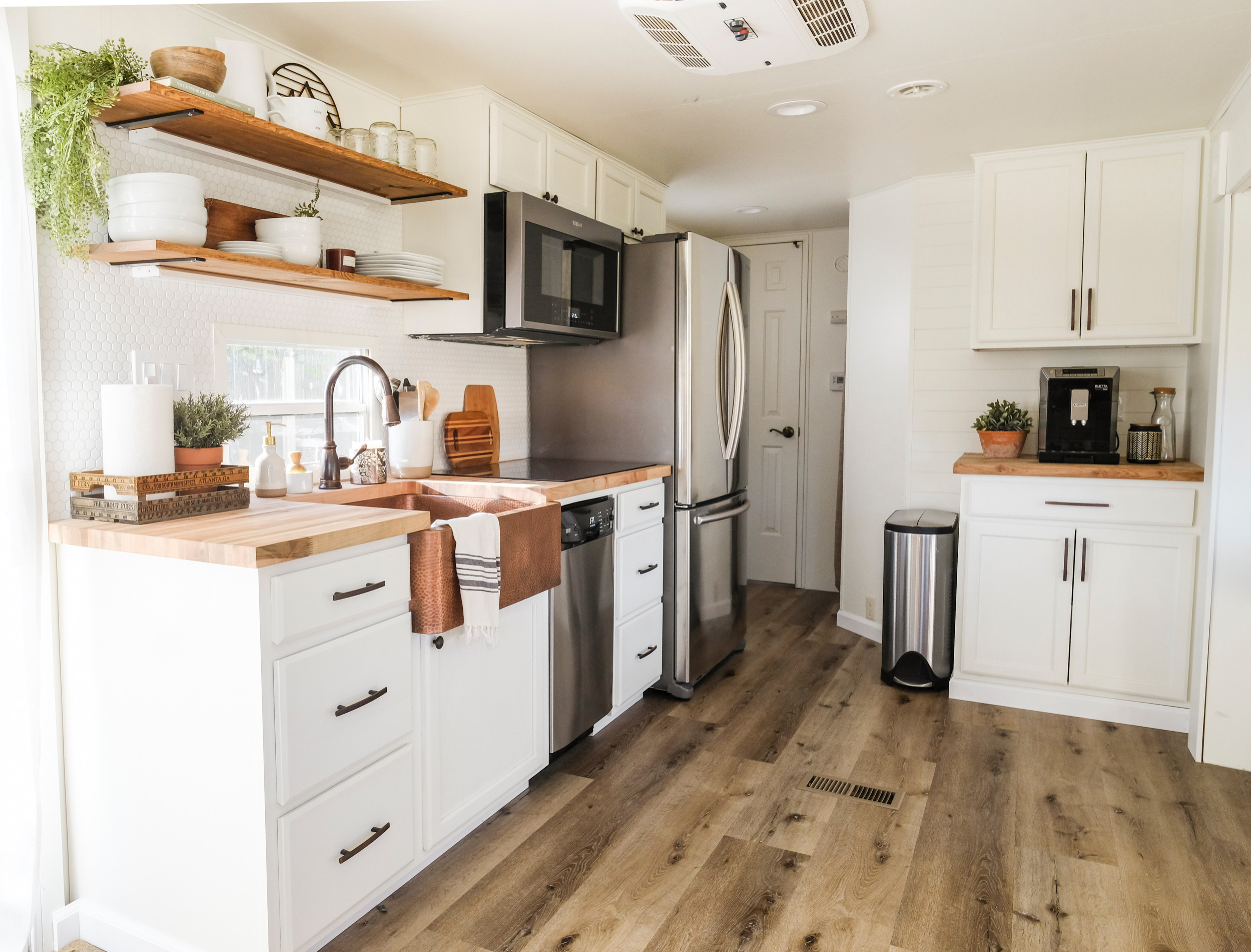 75 Beautiful Farmhouse Laminate Floor Kitchen Pictures Ideas January 2021 Houzz