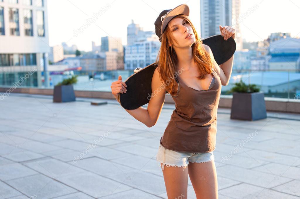 Pretty Girl Swag Wallpaper 性感赃物女孩正站在街上拿着滑板在后面。女孩在愉悦的心情 图库照片 169 Romarioien#56221393