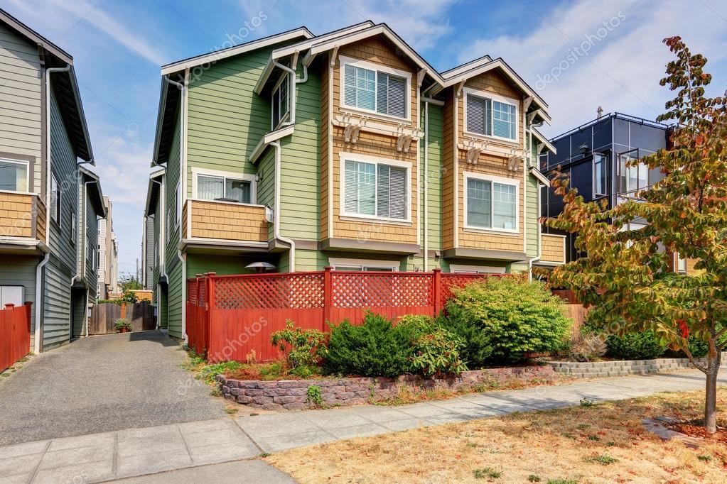 duplex-Haus für zwei Familien Grüne Fassadenfarbe u2014 Stockfoto - fassadenfarbe haus