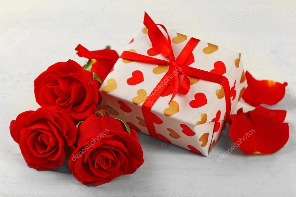 Foto regalo de flores Caja de regalo, flores rosas y corazones
