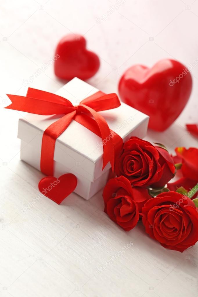 Caja de regalo, flores rosas y corazones decorativos \u2014 Foto de stock