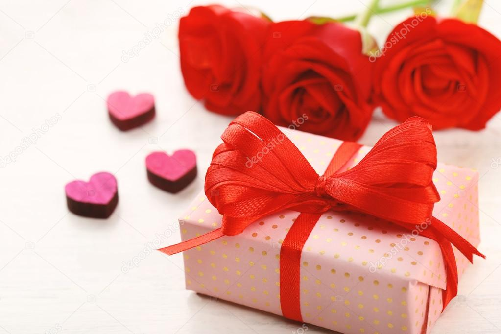 Caja de regalo, flores rosas y corazones decorativos \u2014 Fotos de - rosas y corazones
