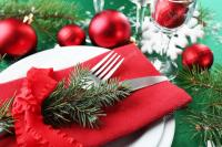 Stylish red, green and white Christmas table setting ...