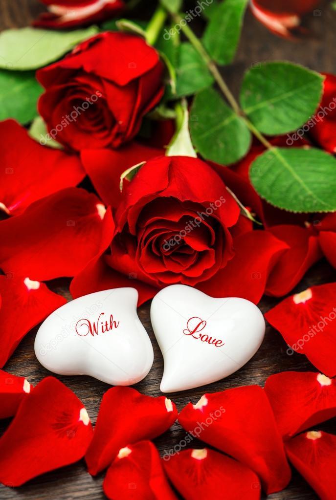 Rosas rojas y dos corazones blancos Día de San Valentín Con amor