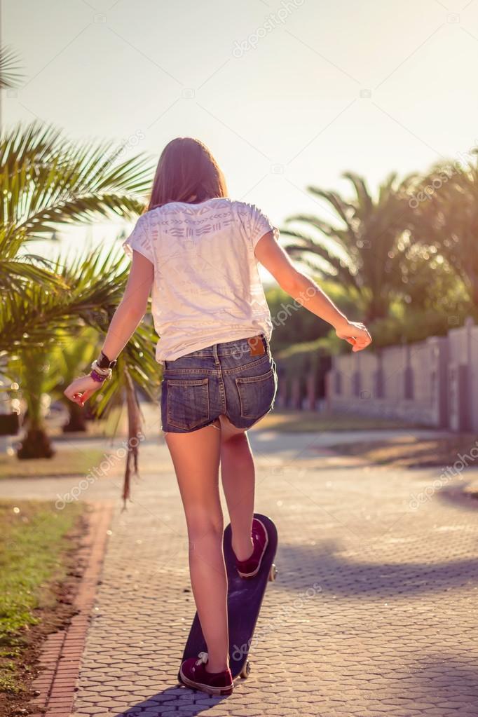 Back Side Girl Wallpaper Costas Da Menina Andar De Skate Ao Ar Livre No Ver 227 O