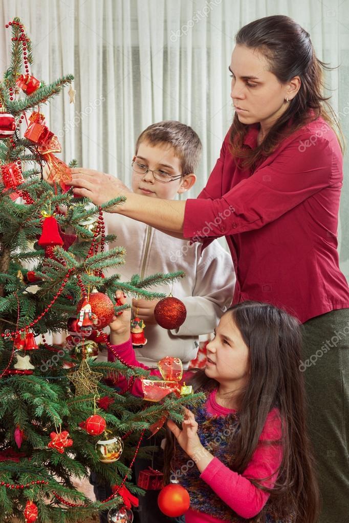 Decoración del árbol de Navidad familiar \u2014 Fotos de Stock © tcsaba