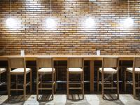 Tisch Theke Bar mit Sthlen und Lichter Brick Wand ...