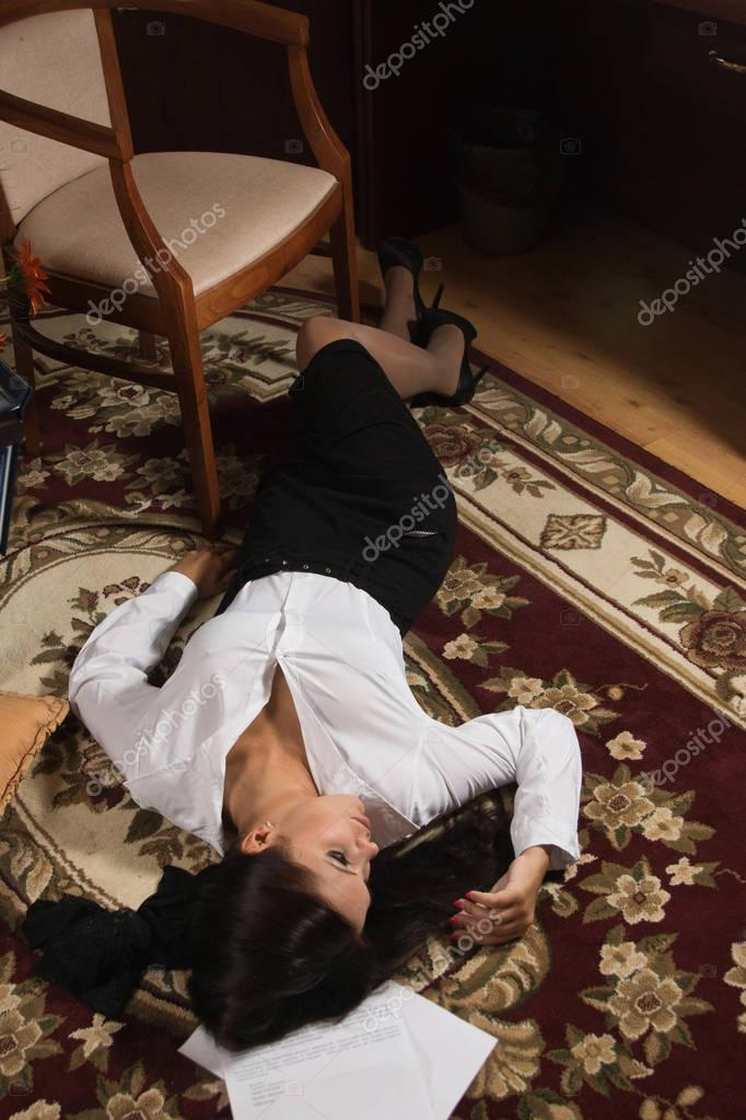 Bett Für Mädchen Strangled Beautiful Business Woman Lies On The Floor
