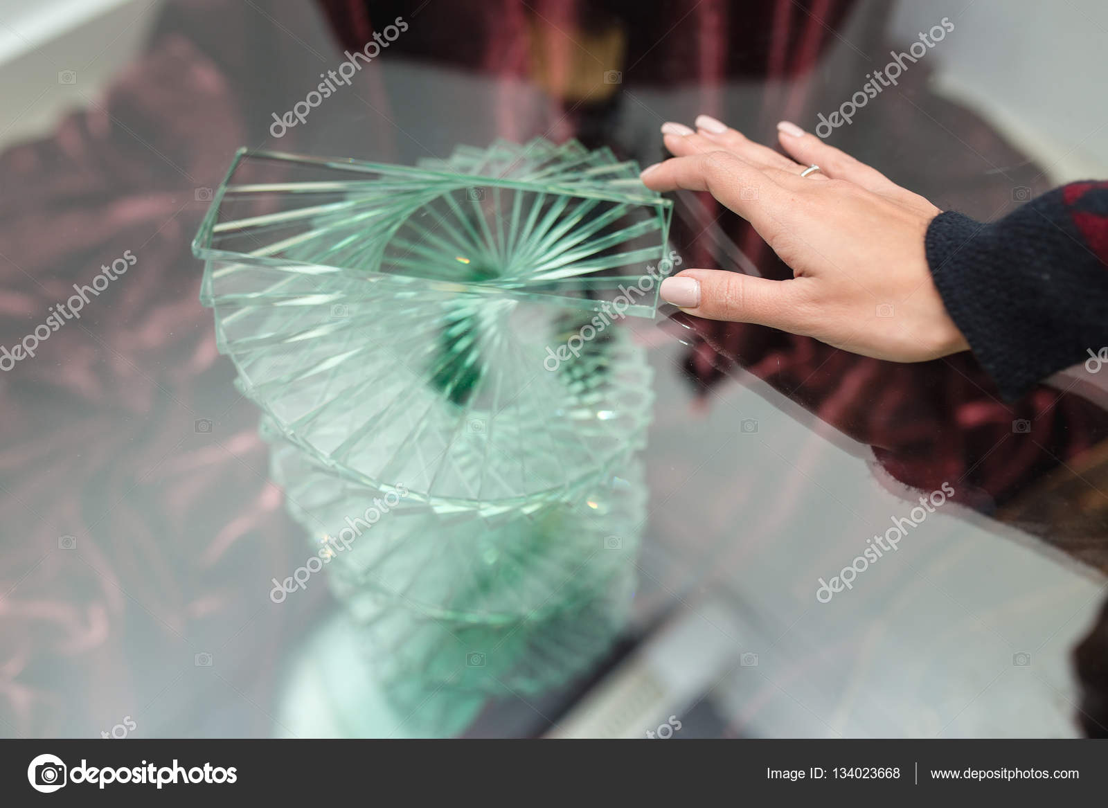 Glastisch Hand Unusua Transparent Glastisch Mit Hand Stockfoto Frantic00