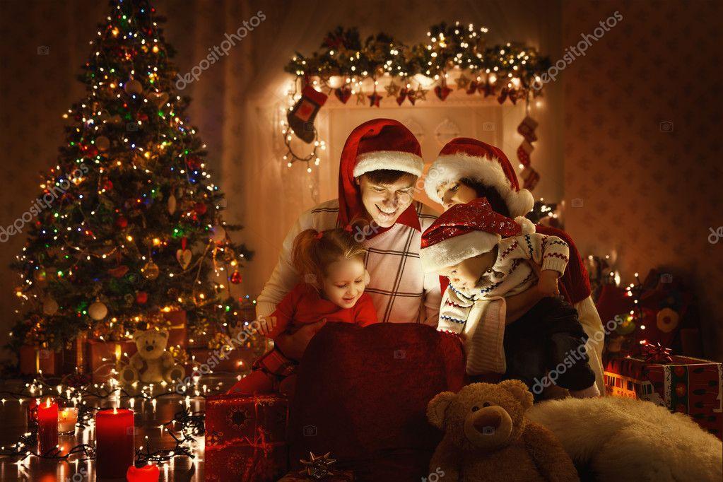 Regalo abierto familiar de Navidad de regalo bolso, mirando a la