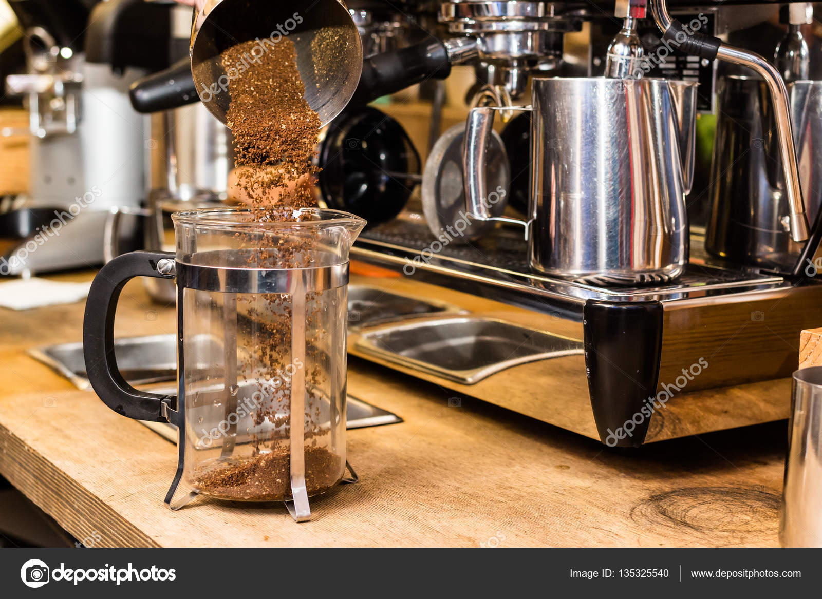 Kaffeezubereitung French Press Barista Making Non Traditional Coffee In French Press Stock