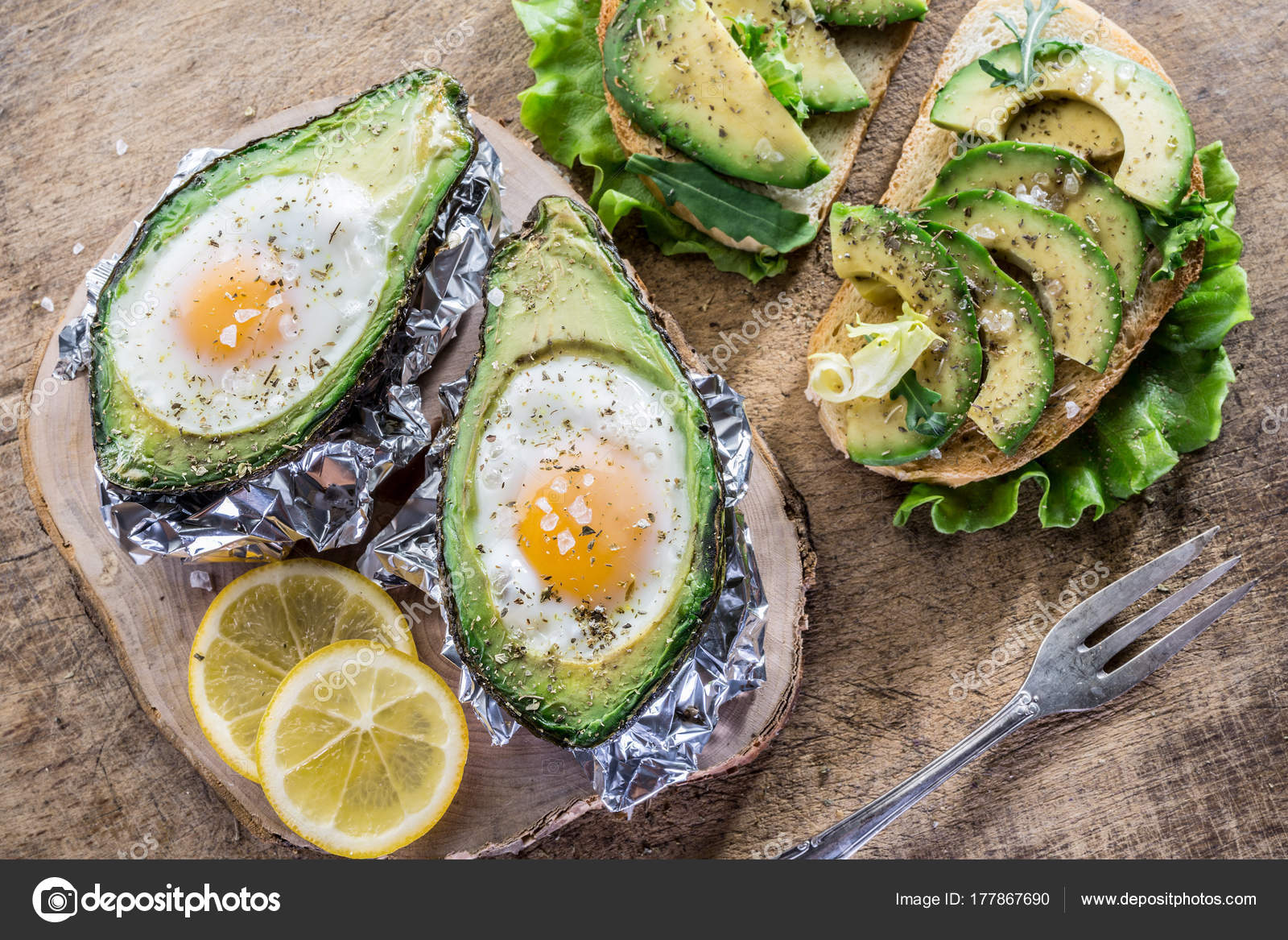 Broodje Avocado Ei Avocado Broodje En Chi Ken Ei Gebakken In Avocado Stockfoto