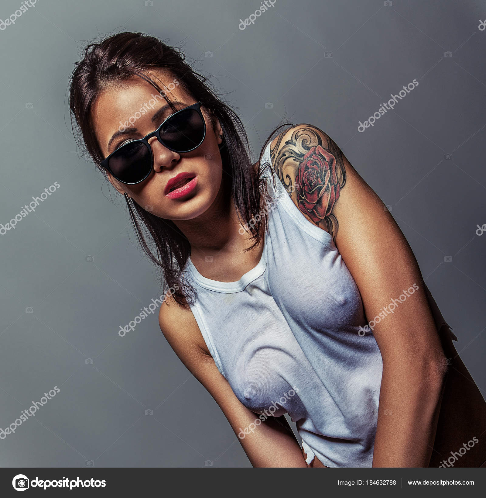 Ragazza Bagnata Tatto Girl In Weißen Nassen T Shirt Stockfoto Fotoduki
