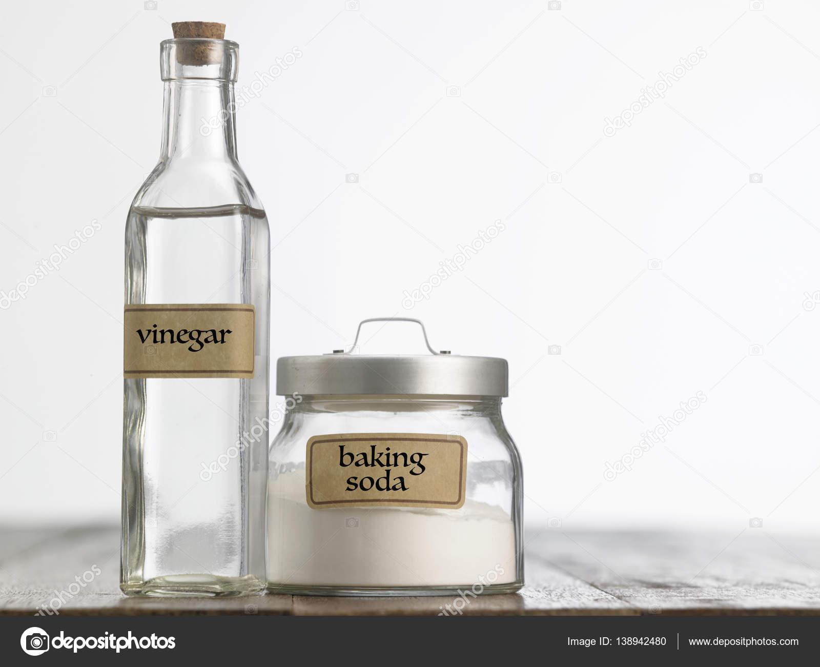 vinaigre blanc et bicarbonate bicarbonate de soude avec du vinaigre blanc photographie. Black Bedroom Furniture Sets. Home Design Ideas