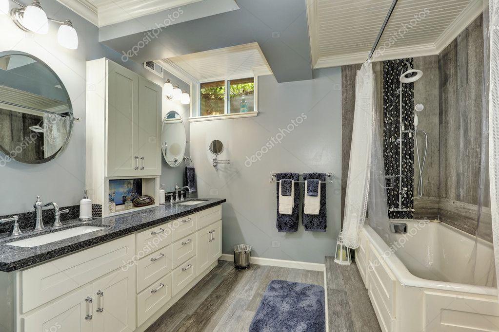 Bad-Interieur in grauen und weißen Tönen u2014 Stockfoto #128453424 - badezimmer im keller