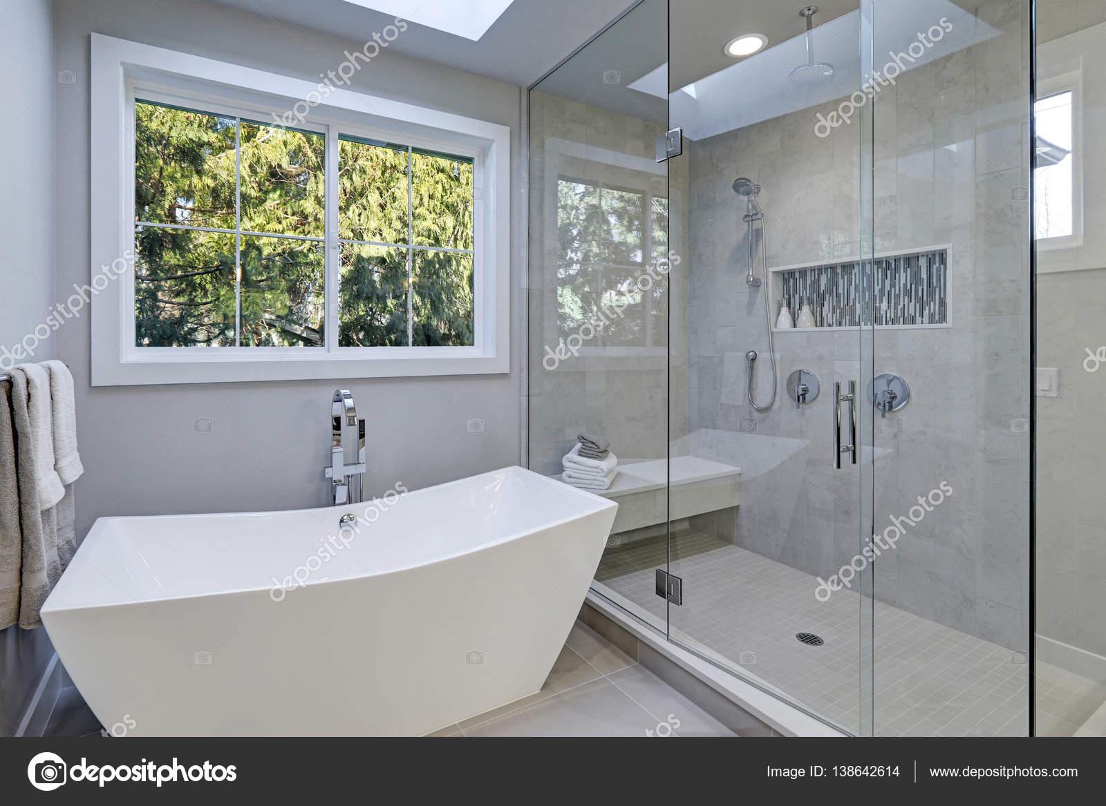 Badkamer tegels inloopdouche glazen inloopdouche in een badkamer