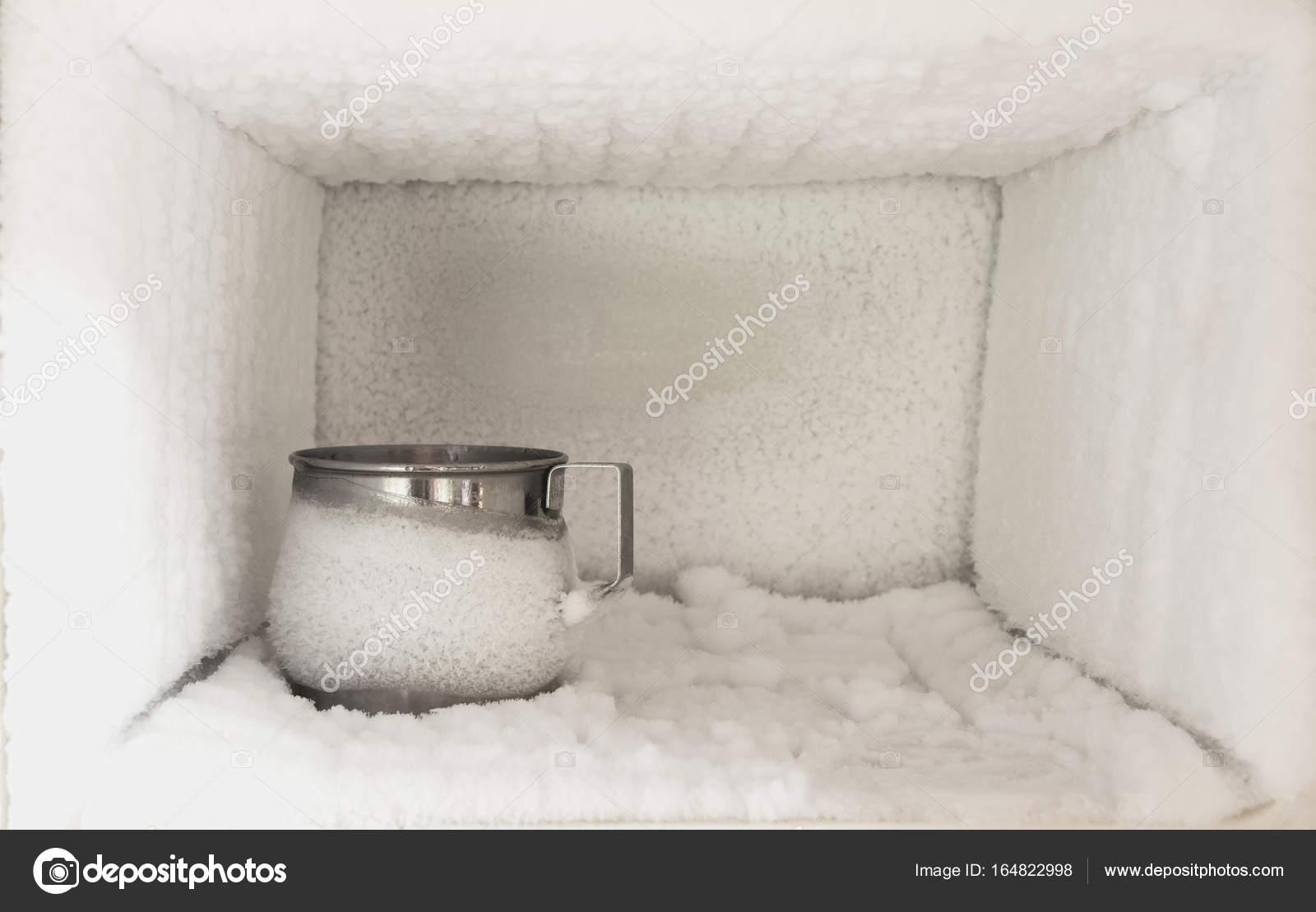 Technischer Aufbau Kühlschrank : Der kühlschrank leer eis aufbau im inneren ein gefrierschrank