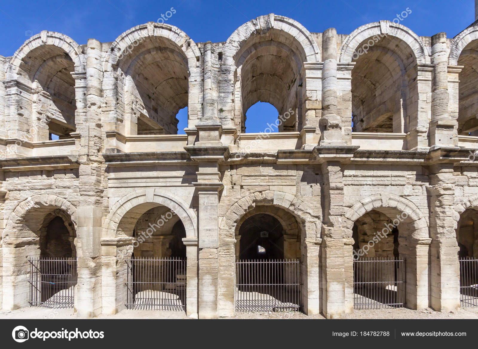 Wat Is Een Amfitheater Romeins Amfitheater In Arles Frankrijk Stockfoto Cahkt 184782788