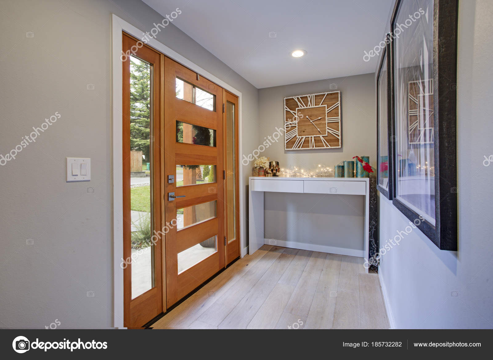 Konsolentisch Porta Chic Foyer With A Glass Panel Front Door And White Console