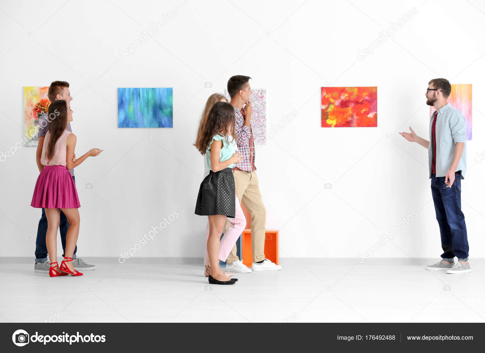 Arte Visual Group Group Of People In Art Gallery Stock Photo Belchonock 176492488