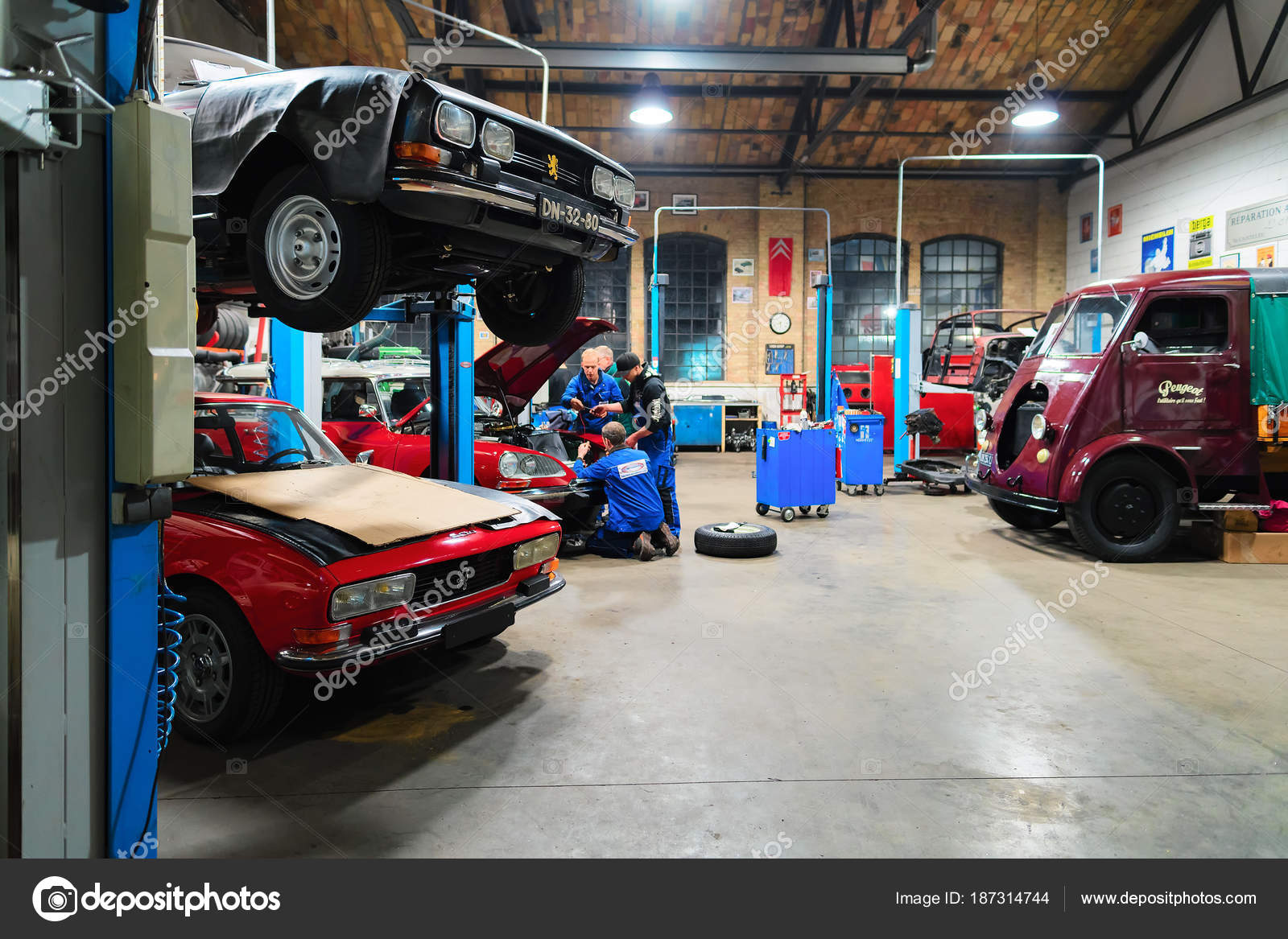 Garage Reparation Retro Car Garage And Repair Shop In Berlin Stock Editorial Photo