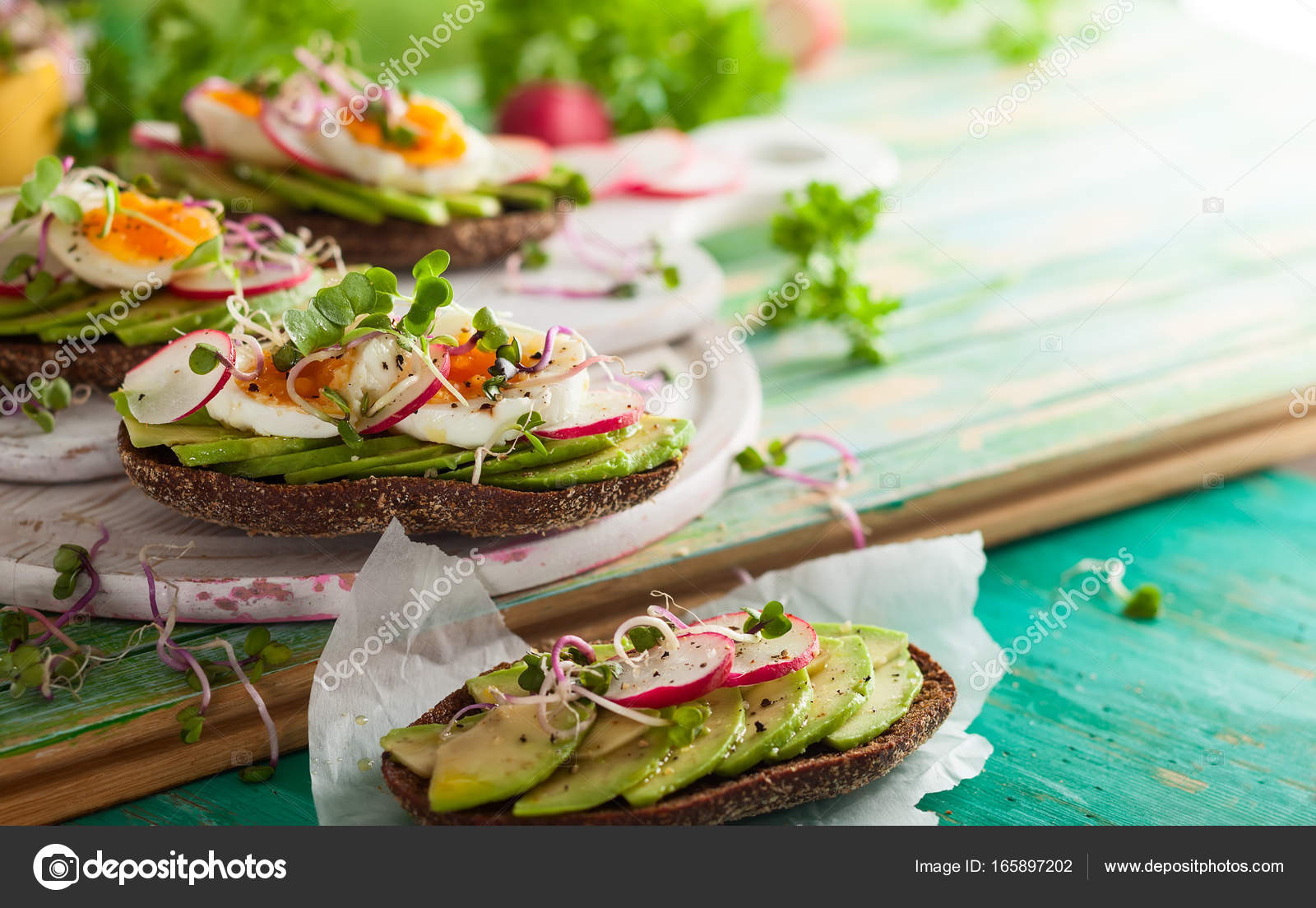 Broodje Avocado Ei Open Broodjes Met Avocado En Ei Stockfoto Sarsmis 165897202