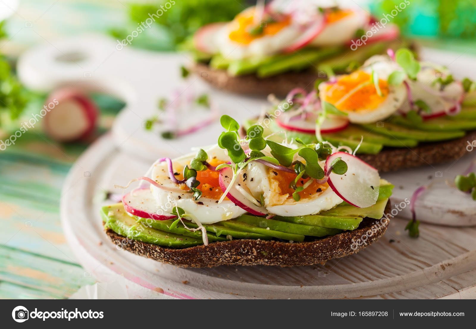 Broodje Avocado Ei Open Broodjes Met Avocado En Ei Stockfoto Sarsmis 165897208