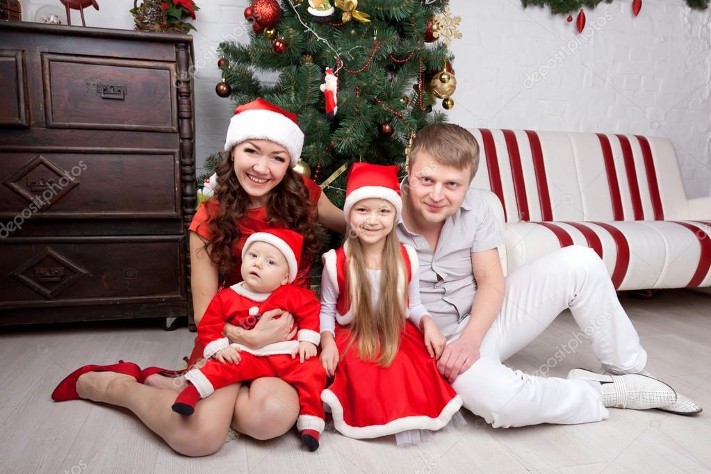 Familia en la ropa de la Navidad Aspecto familiar \u2014 Fotos de Stock