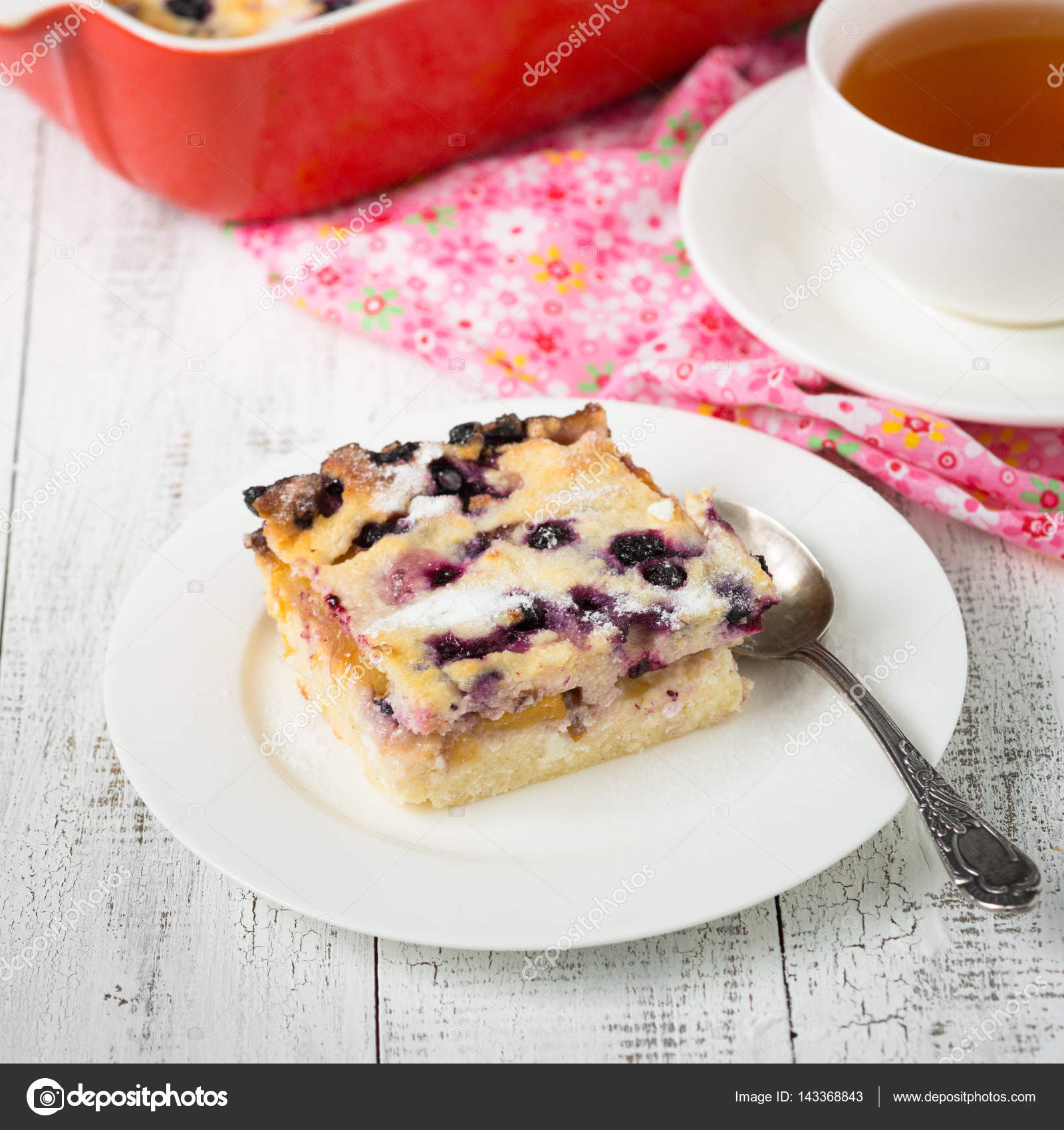 Cottage Küchen Cottage Cheese Casserole With Peach And Blueberry Stock Photo