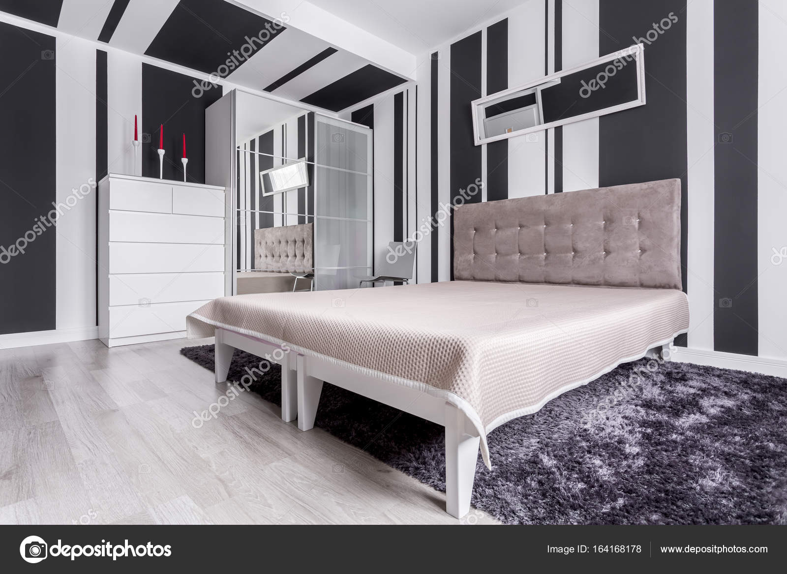 Gestreept Behang Slaapkamer Slaapkamer In Trendy Appartement Stockfoto Photographee Eu