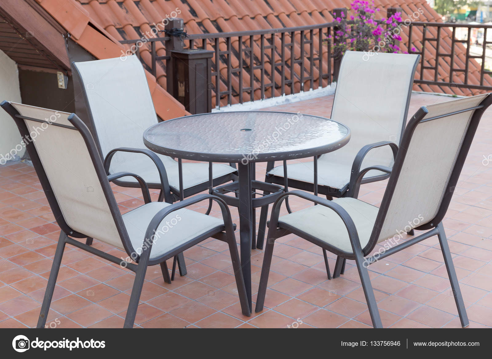 Table Et Chaise Terrasse Table Et Chaise Sur Le Balcon Terrasse Photographie Psisaa