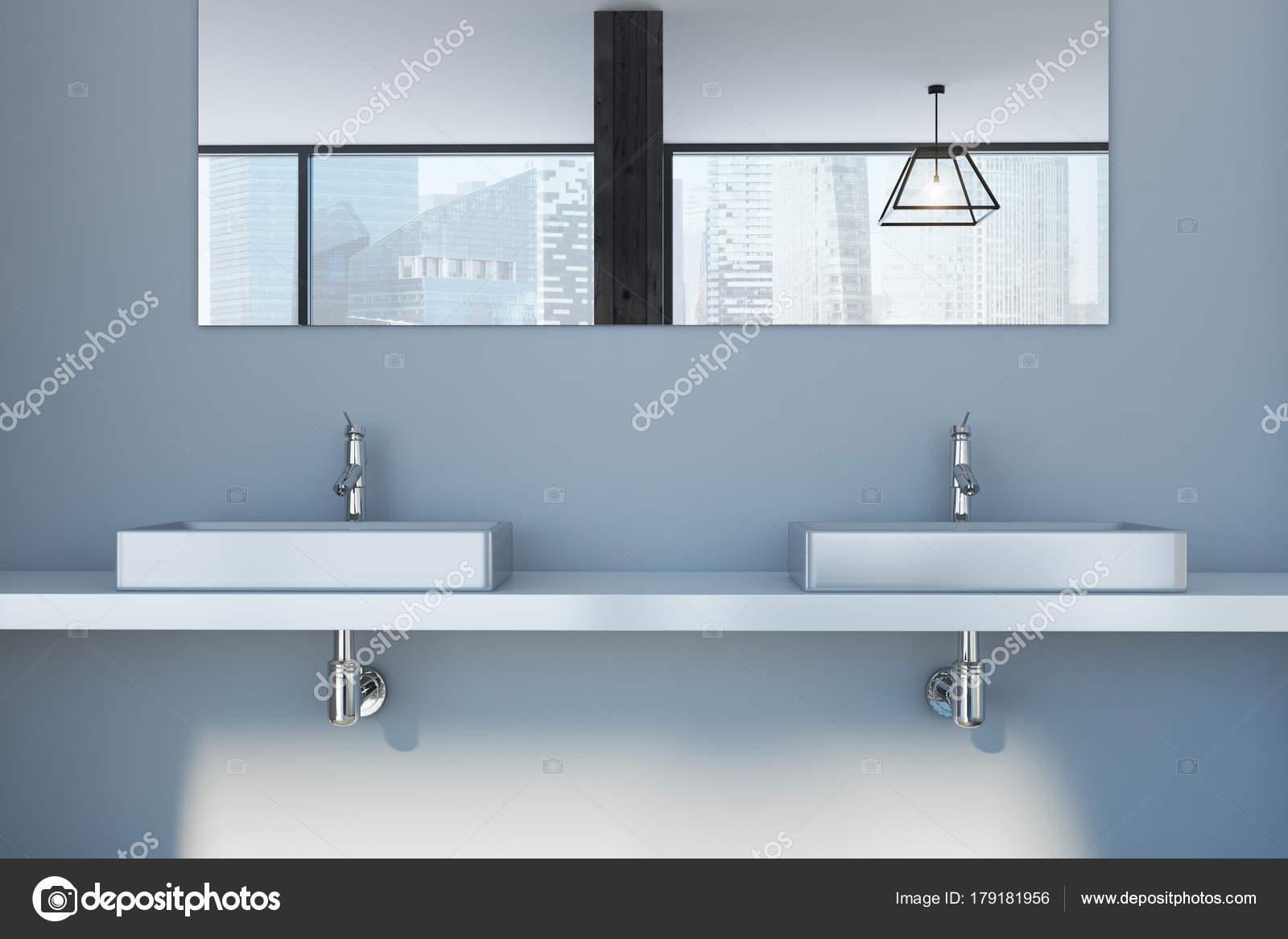 Dubbele wasbak smal grijze badkamer dubbele wastafel stockfoto