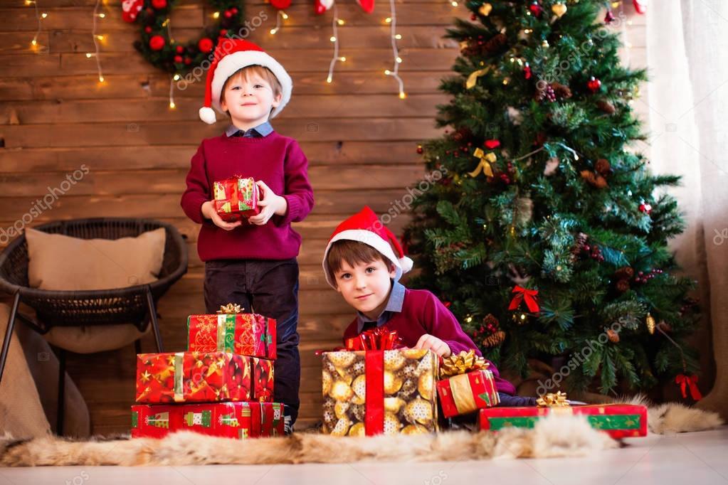 Familiar de año nuevo y Navidad Los niños y los regalos de Navidad