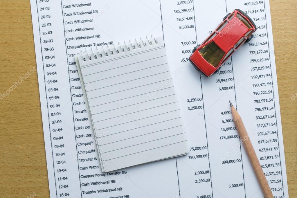 Hombre el presupuesto mensual de planificación de Finanzas sobre el