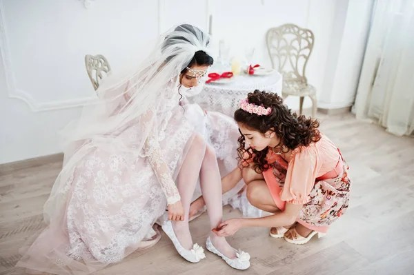 Jovens Mulheres Vestindo Um Roupao De Banho Branco Stock