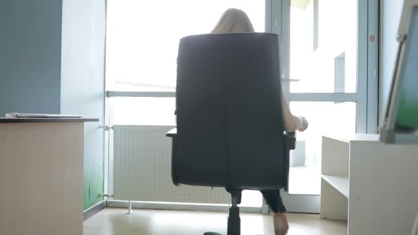 Sexy woman relaxing rotating on chair in office \u2014 Stock Video