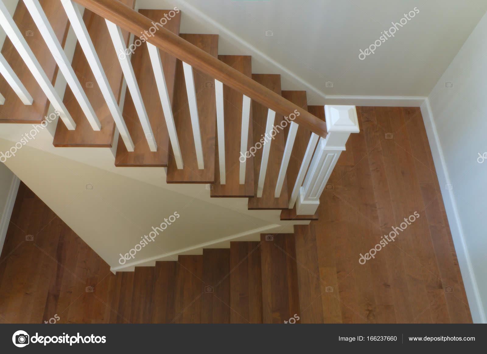 Escalier Blanc Bois | Escalier Gris Et Blanc Escalier Peint En Gris ...