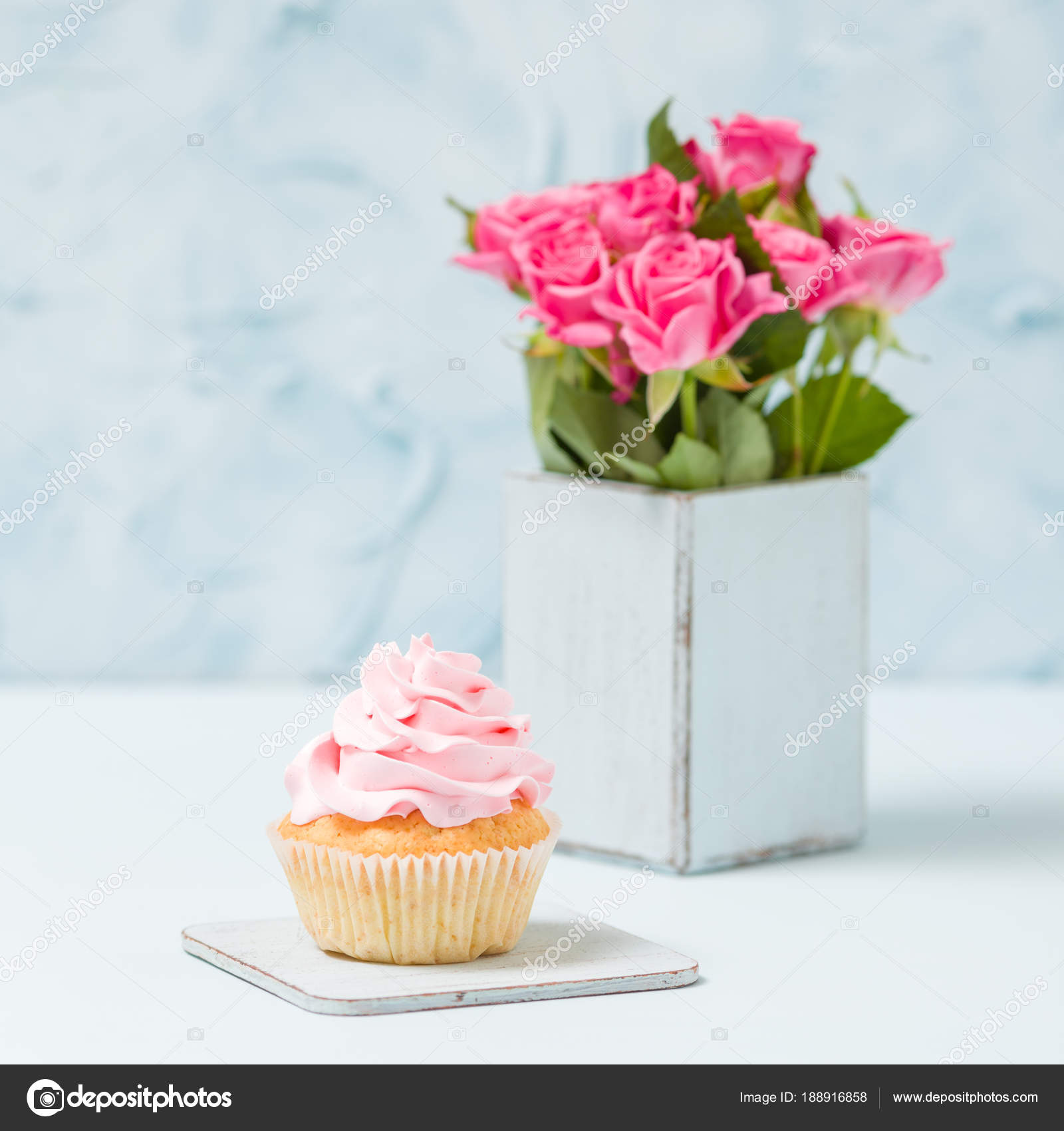 Décoration De Cupcake Cupcake With Pink Decoration And Bouquet Of Pink Roses In Retro