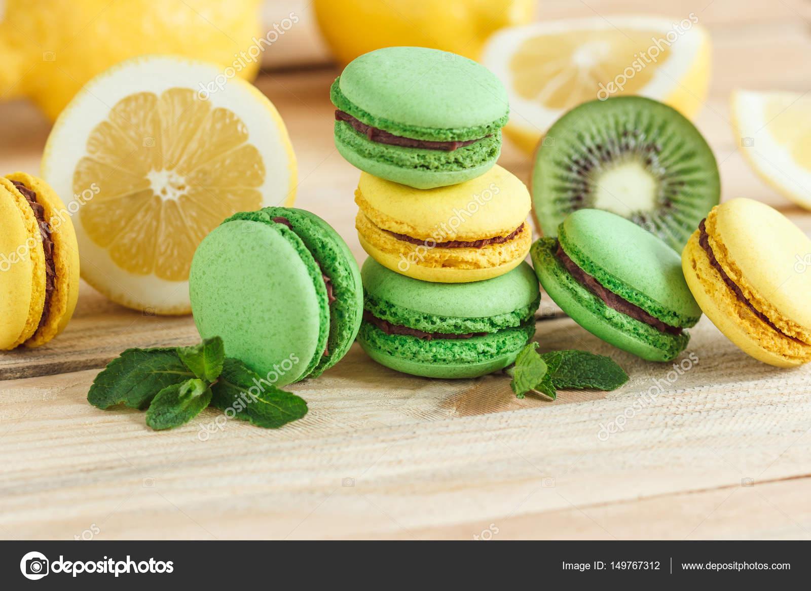 Decorazioni limone flan del limone decorato con i biscotti vista