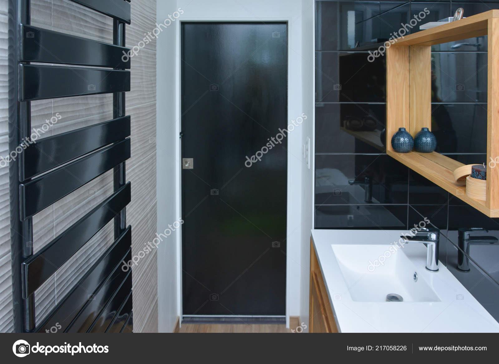 Salle Bain Dans Une Maison Style Bois Noir Photographie Kipgodi