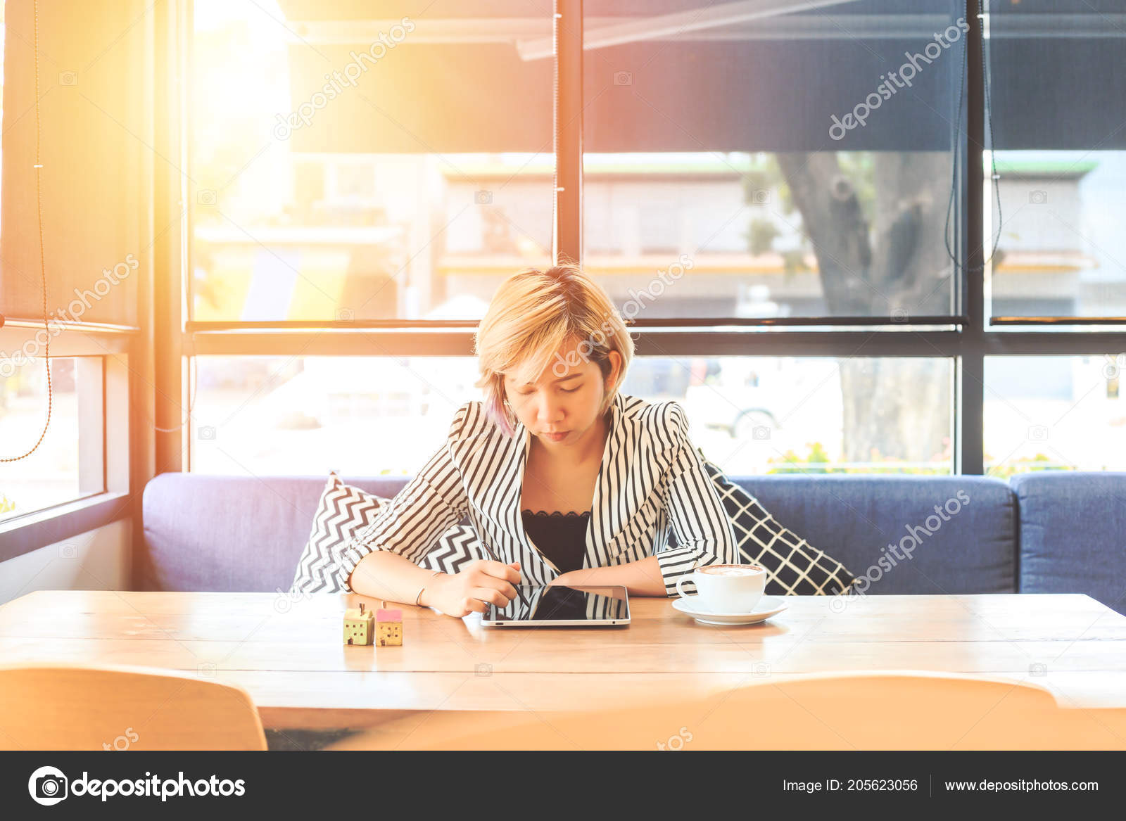 Tablet Küchenbrett Businesswomen Sitting Sofa Use Tablet Women Sitting Window Coffee