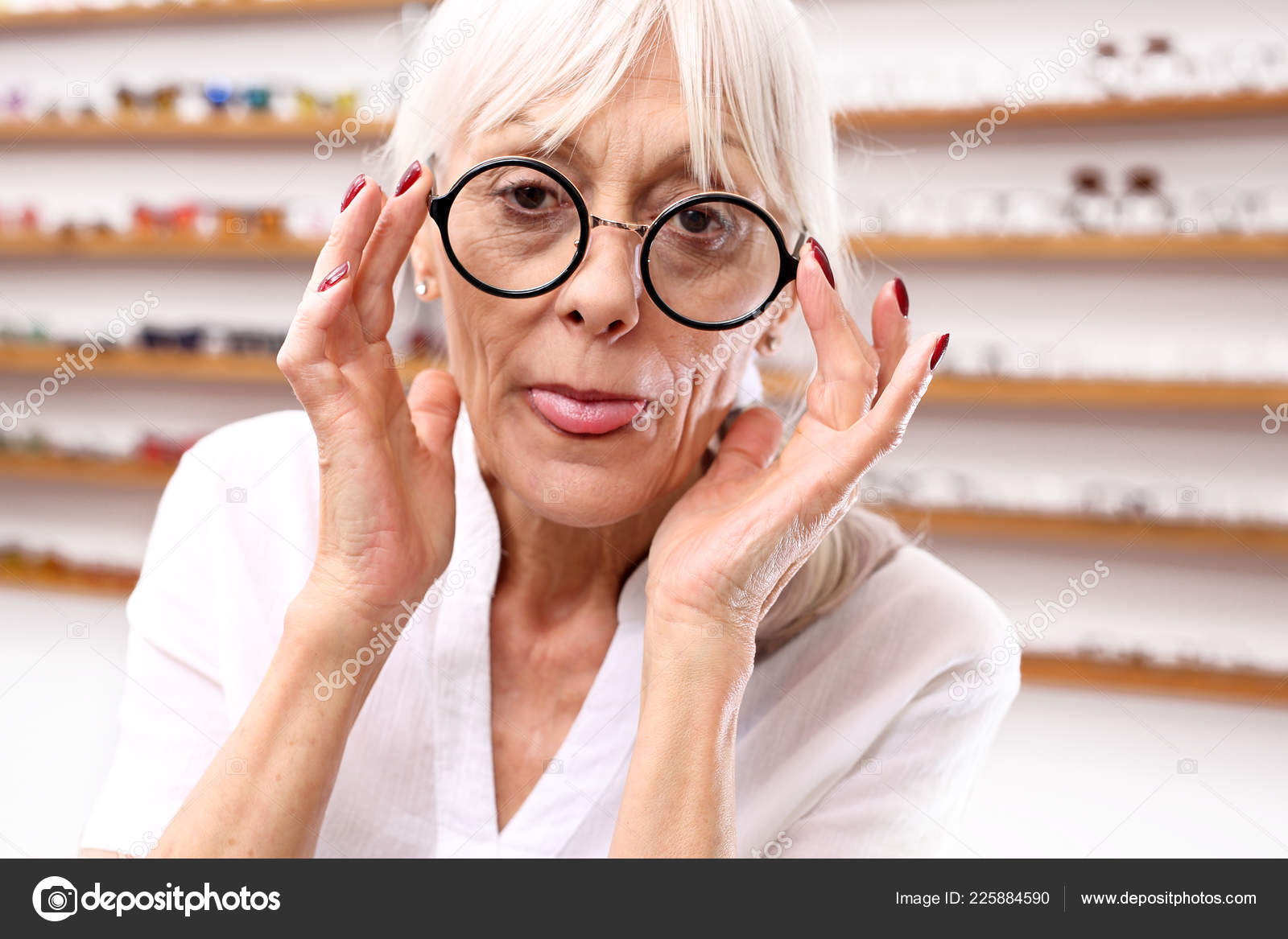 Salon Senior Senior Woman Optical Salon Chooses Eyeglass Frames Stock