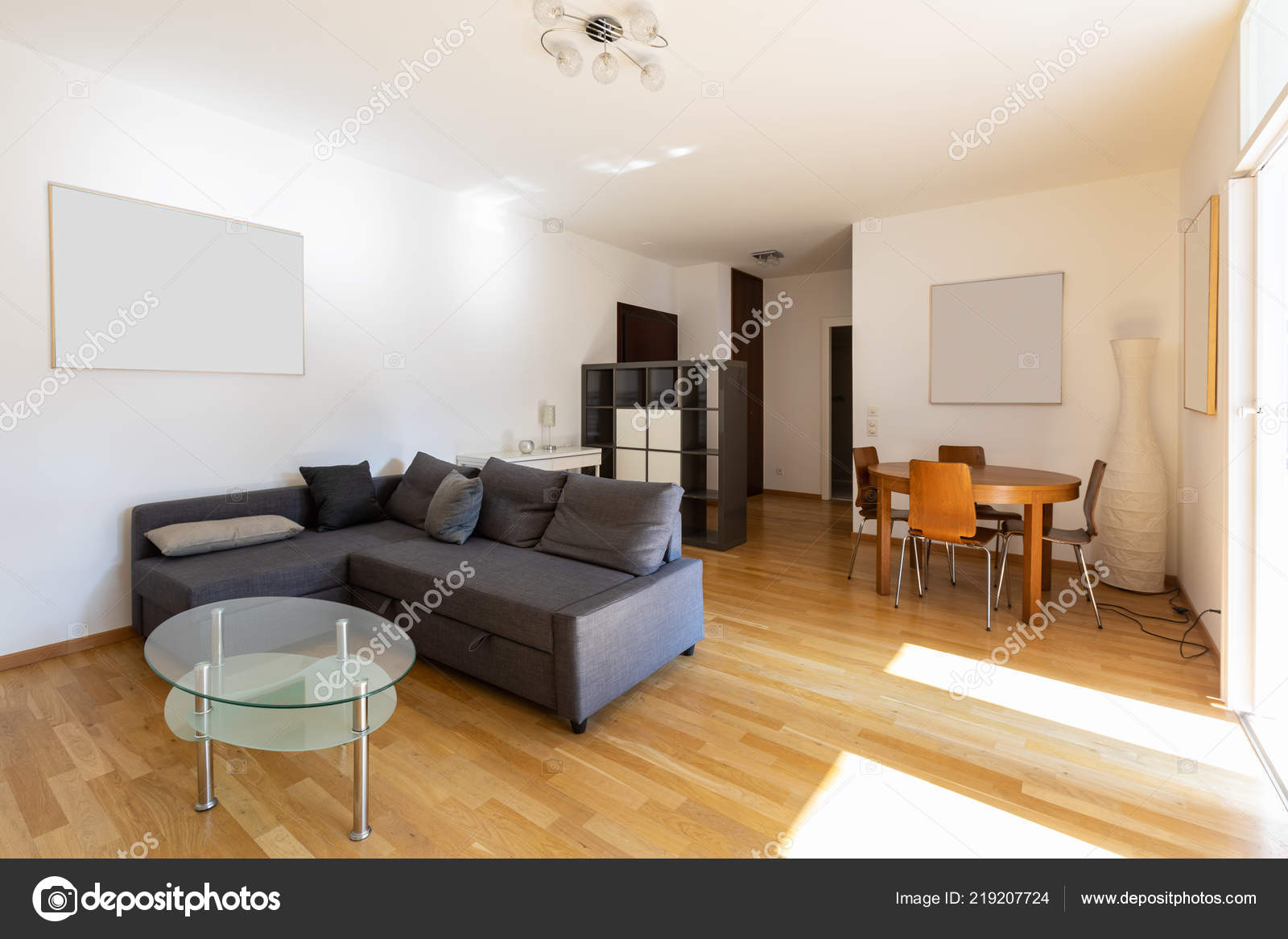Modernes Wohnzimmer Mit Parkett Und Dunklen Sofa Niemand Inneren