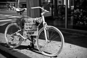 På bild en Ghost Bike  i Los Angeles - Ett slag för ökad trafiksäkerhet för cyklister. (Foto: Todd Shaffer)