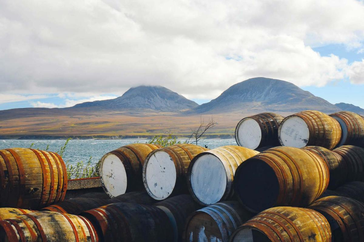 Whisky-Fässer vor Bunnahabhain Distillery © Olaf Manns