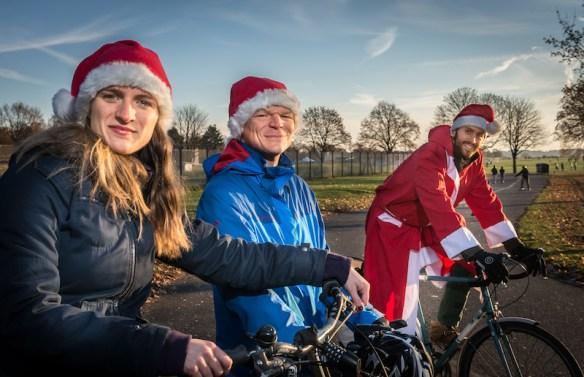Fahrradfahrer mit Nikolausmützen