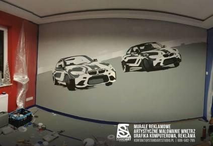 Przygotowana ściana i naszkicowane na niej samochody.