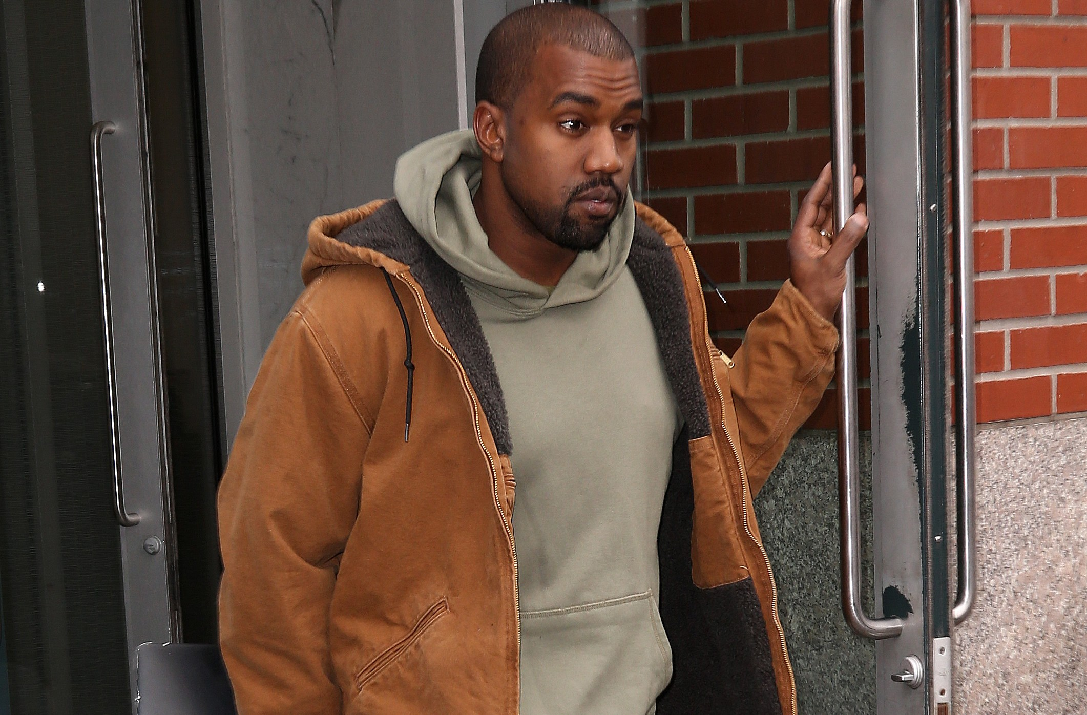 INF - Kanye West Leaves His Apartment