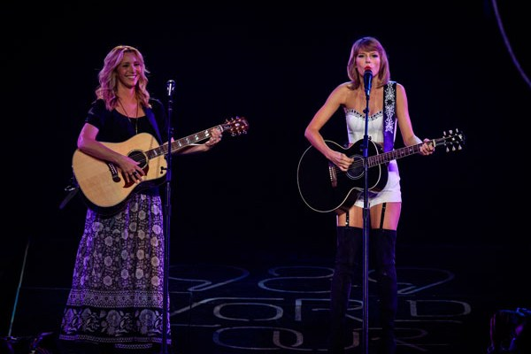 LOS ANGELES, CA - AUGUST 26:  Actress Lisa Kudrow (L) and singer-songwriter Taylor Swift perform onstage during Taylor Swift The 1989 World Tour Live In Los Angeles at Staples Center on August 26, 2015 in Los Angeles, Calif